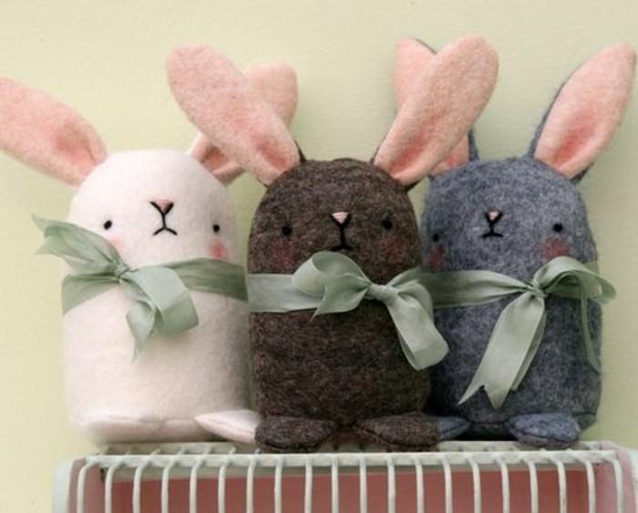 patron-lapin-pour-fabriquer-un-doudou-lapin-soi-memedes-yeux-en-rose-et-gris-et-accessoire-ruban-vert-parure