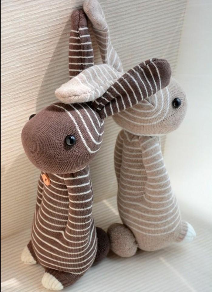 patron-lapin-pour-réaliser-un-doudou-enfant-des-lapins-faciles-a-fabriquer-couleur-marron-et-gris-a-rayures-projet-diy