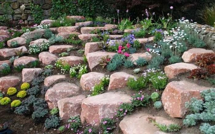 paysage-pittoresque-rocaille-fleurie-avec-plante-rocaille-descendant-en-pente-rochers-idée-aménagement-jardin-a-créer-soi-meme