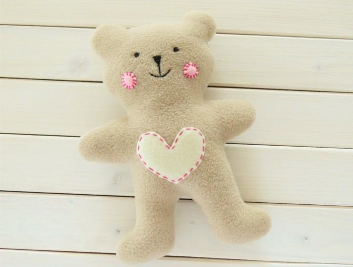 peluche-blanc-cassé-avec-un-coeur-au-milieu-petit-ourson-jouet-enfant-doudou-a-faire-soi-meme