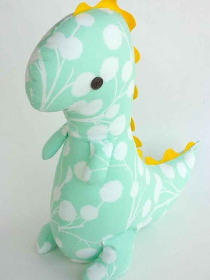peluche-dinosaure-vert-à-motifs-blancs-crête-jaune-et-boutons-noirs-yeux-idée-doudou-fait-maison-garcon-fille