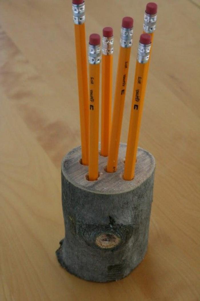 petit-buche-en-bois-transfotmée-en-un-pot-crayon-bois-diy-idée-comment-organiser-ses-crayons