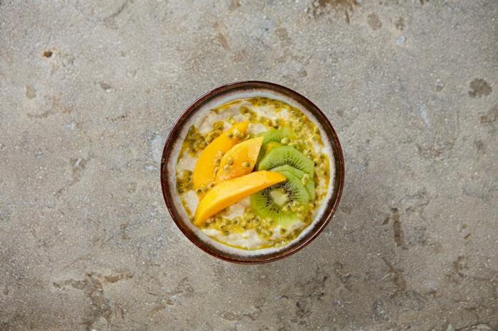 bouillie d'avoine, mango kiwi, grenadille graines, idée comemnt préparer un petit déjeuner sain soi meme
