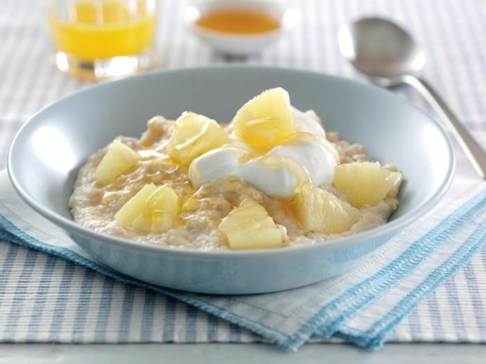 bouillie d avoine, porridge topping ananas, miel et yaourt naturel, idée detox, recette saine pour santé en fer