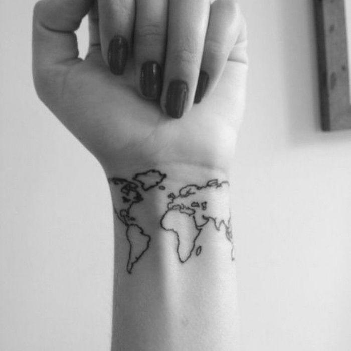 idee petit tatoo carte du monde sur le poignet comme tatouage voyage