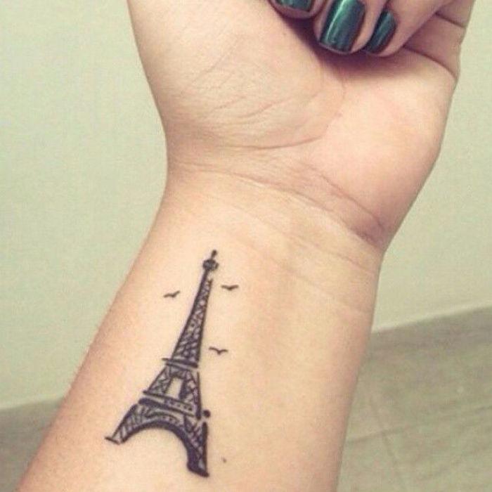 tattoo tour eiffel sur poignet tatouage symbole liberté voyage paris