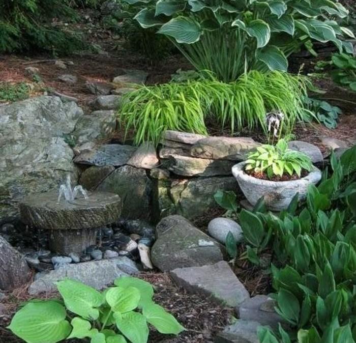 petite-fontaine-pierres-et-plantes-vertes-idée-d-amenagement-jardin-a-faire-soi-meme-un-espace-envahi-de-verdure