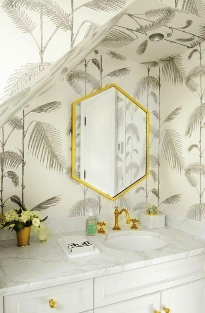 petite-salle-de-bains-déco-blanc-et-doré-papier-peint-palmier