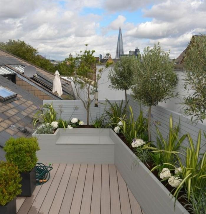 terrasse tropézienne composite, fleurie, arbres, fleurs blanches, vue sur les toits, idée amenagement terrasse végétation
