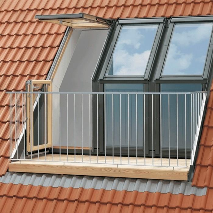 simple petite terrasse tropézienne, revêtement en bois, rambarde en métal, terrasse dans les combles