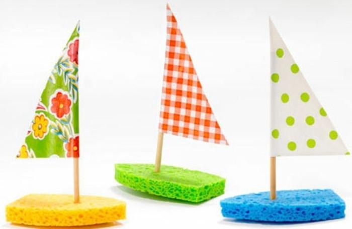 petits bateaux fabrqués à partir d'éponges et voiles motifs multicolores, activité créative printemps matenrelle