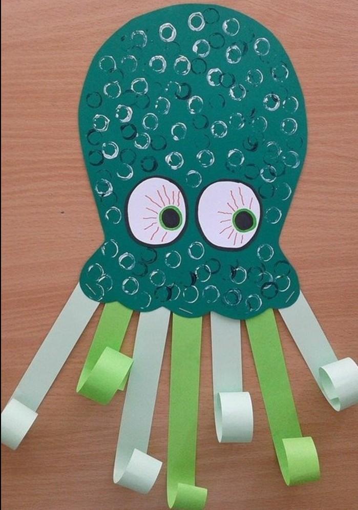une pieuvre verte avec des tentacules vertes, et gros yeux, idée activité manuelle maternelle à réaliser soi meme