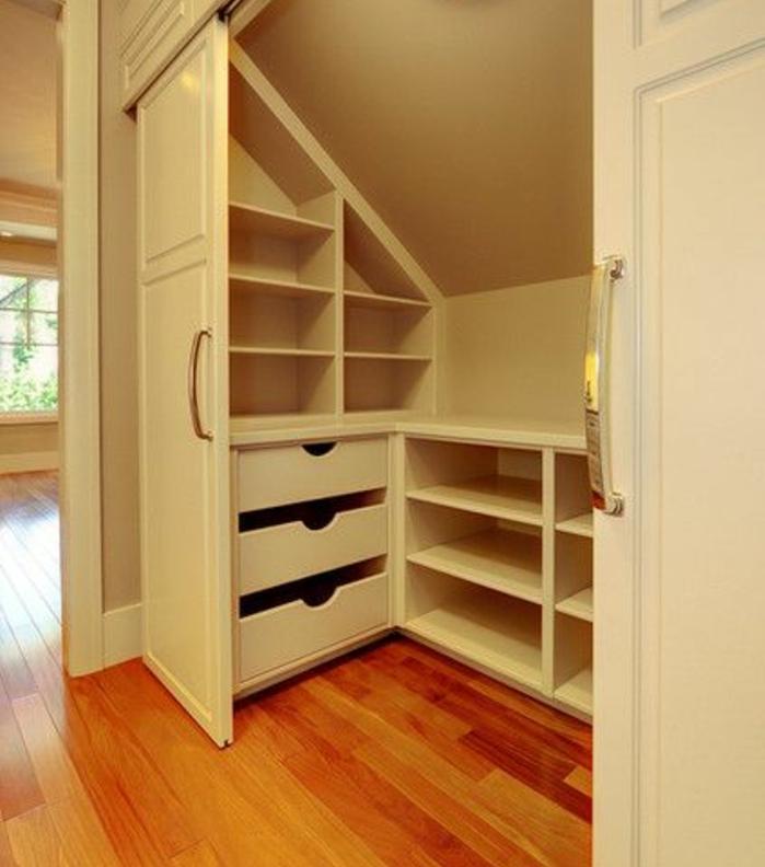 idée de meuble sous comble, portes coulissantes, étagères, tiroirs pour organiser ses vêtements et chaussures