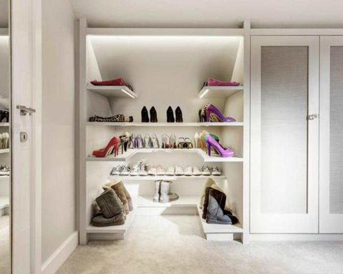 dressing sous pente, armoire sous pente blanc et espace ouverte de rangement chaussures sur étagères, éclairage LED