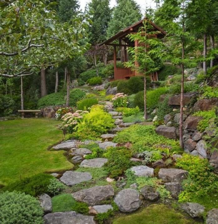 plantes-de-rocaille-arbustes-tout-le-long-d-un-sentier-en-pierre-jardin-rocaille-aménagé-aux-alentours-d-une-maison-en-bois