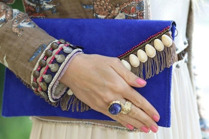 pochette-a-frange-couleur-bleu-indigo-avec-de-jolis-elements-decoratifs-exemple-pochette-de-soiée-a-faire-soi-meme