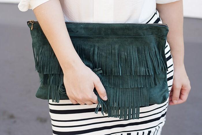 pochette-a-frange-diy-couleur-vert-emeraude-avec-zip-idée-comment-faire-une-pochette-femme-soi-meme
