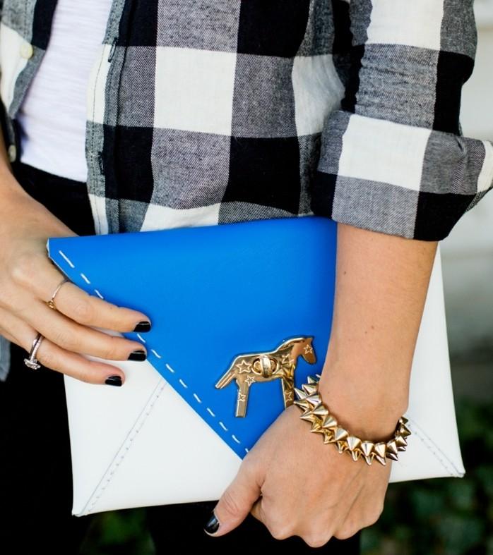 pochette-de-soirée-personnalisée-idée-comment-faire-un-accessoire-femme-soi-meme-modele-pochette-en-blanc-à-rabat-bleu-un-cheval-doré