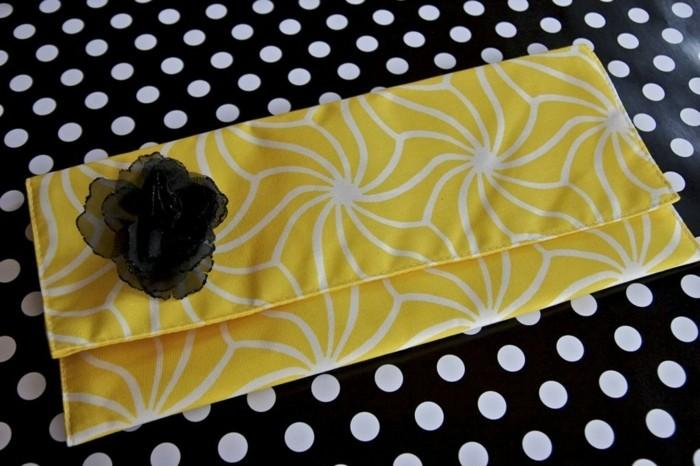 pochette-de-soirée-style-formel-une-pochette-couleur-jaune-à-motifs-floraux-blancs-decoration-fleur-diy-noir-accessoir-femme-stylé