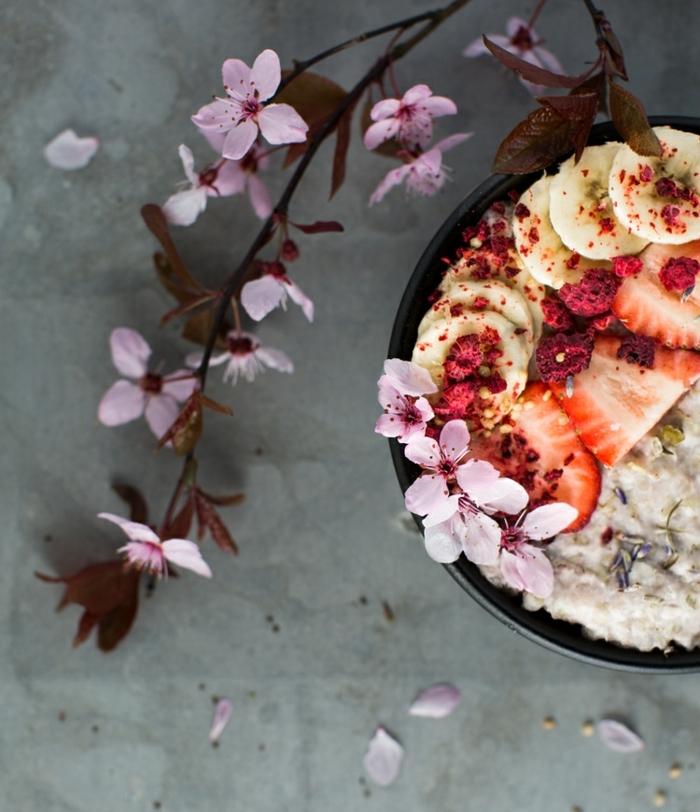 bouillie d'avoine, porridge au lait, banane, fraises, cannelle, vanille, huile de coco, miel, bouillie d'avoine