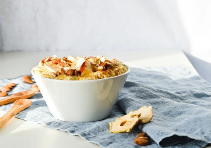 porridge recette au milet, pomme cannelle, miel, amandes, idée pour un petit déjeuner équilibré
