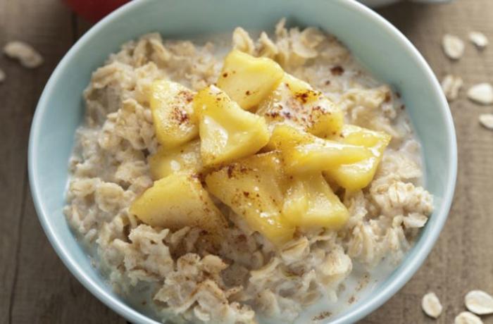 idée comment préparer un porridge pomme cannelle, bouillie d'avoine bonne pour la santé, aliment riche en fibres