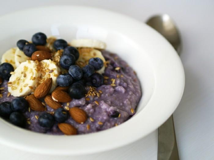 recette porridge aux myrtilles, topping murtilles, bananes, sésame, amandes, bouillie d'avoin pour un petit déjeuner sain