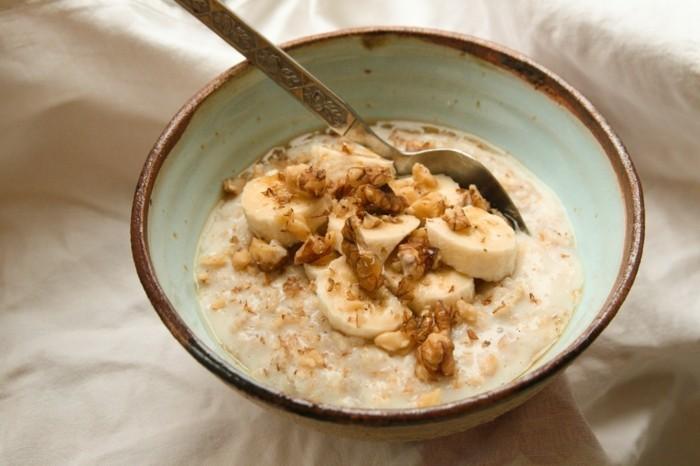 super aliments, porridge recette classique, bouillie garnie de noix et de bananes, recette aliemntation équilibrée