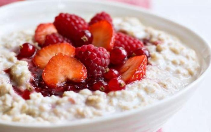 porridge recette avec un sirop de groseille fait maison, fraises, framboises, idée comment préparer un porridge facile