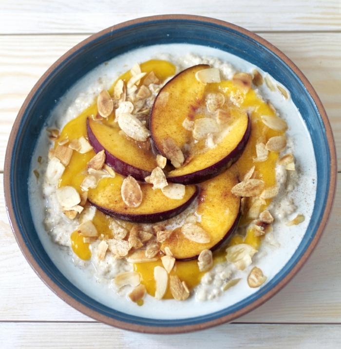 bouillie d'avoine avec des pêches et des manades grillées, purée de mango, idée de porridge facile à préaprer et sain