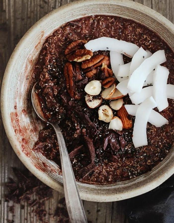 porridge sans gluten, lait de coco, miel, chocolat, noix de coco, noisettes, idée comment préparer un petit déjeuner bouillie