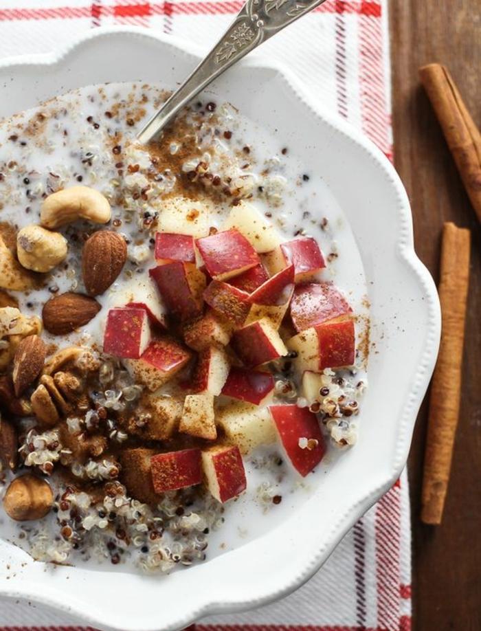 porridge sans gluten avec des pommes, amandes, cannelle, quinoa, idée comment préparer un repas sain pour bien commencer la journée