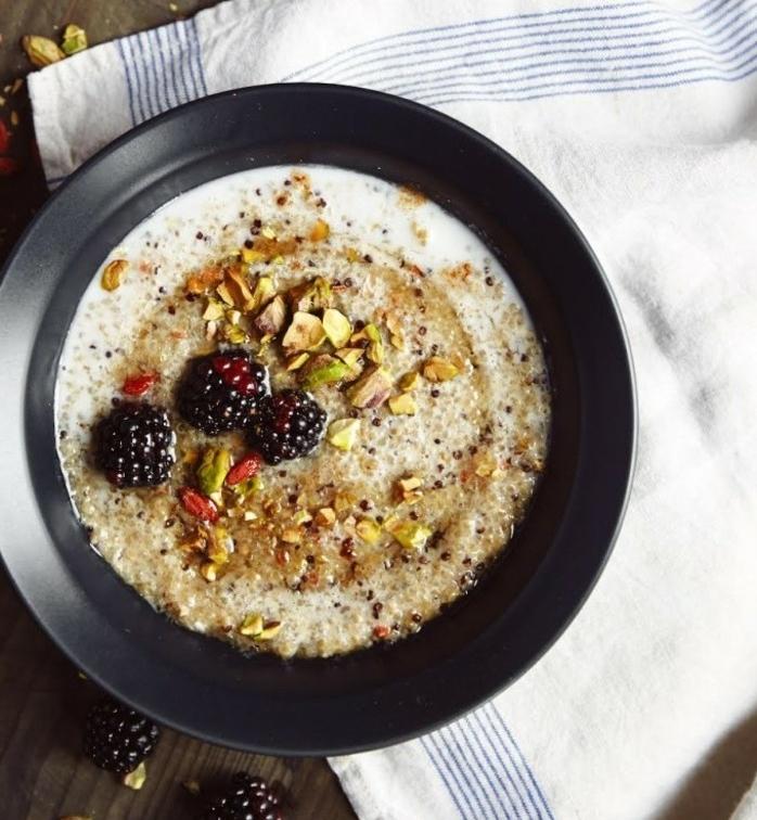 recette poridge consistance crémeuse, porrisge sans gluten, quinoa, pistache, baie de godji et mûre, petit déjeuner riche en protéines