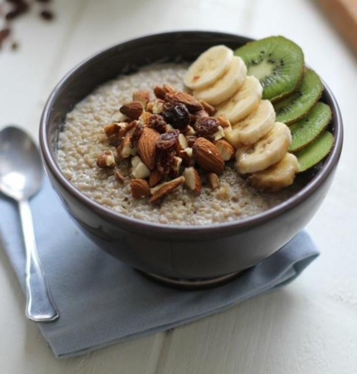recette flacon d'avoine petit déjeuner, fruits séchés, rondelles de banane et de kiwi, idée de porridge repas équilibré