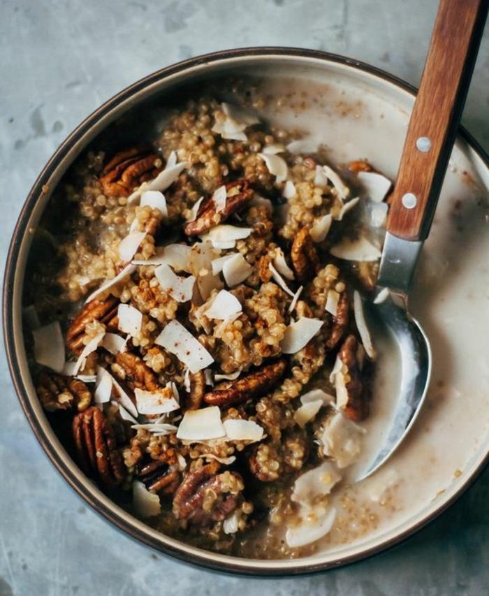 exemple de porridge sans gluten, quinoa, chai thé, lait d amande, cannelle, idée comment préparer un petit déjeuner minceur