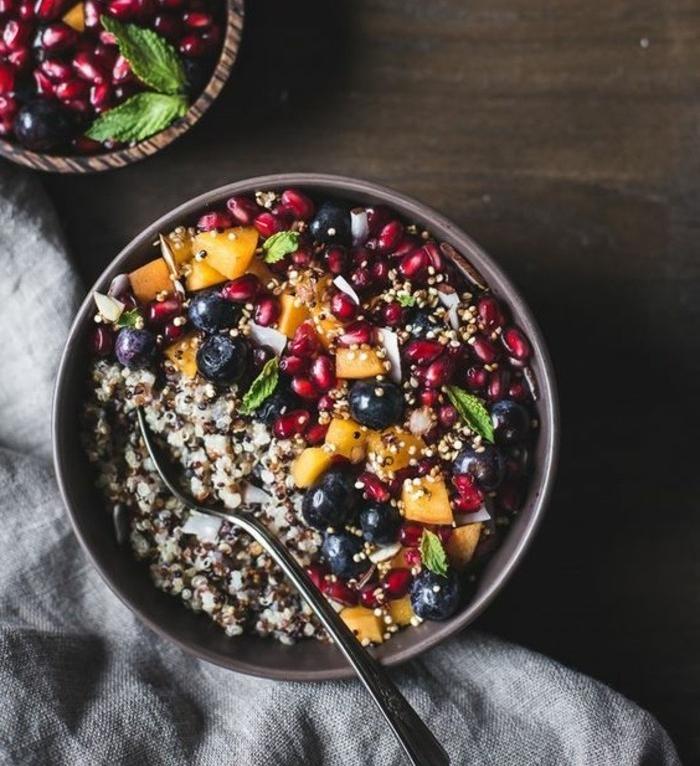 exemple de porridge sans gluten, petit déjeuner minceur, quinoa, baie et autres fruits, repas bondé de protéines et de fibres