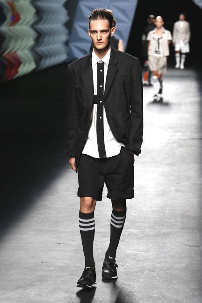 fashion week avec chaussettes longues noires et short