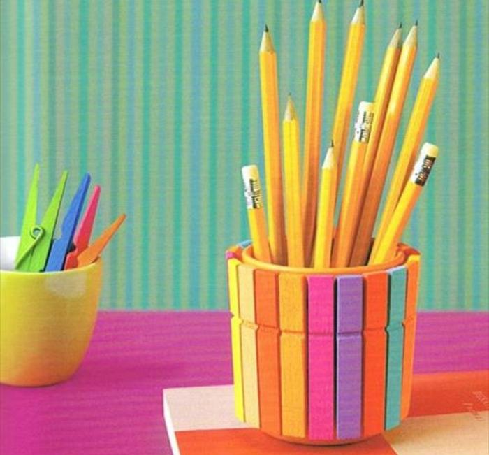 pot-a-crayon-de-pinces-a-linge-idée-de-pot-crayon-bois-colorée-créé-à-partir-de-materiaux-recyclés-rangement-crayons-noirs