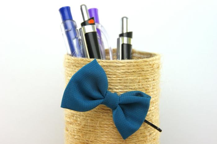 pot-a-crayon-en-corde-blanc-cassé-enroulé-idée-rangement-crayons-en-couleur-paré-d-un-noeud-de-papillon-bleu