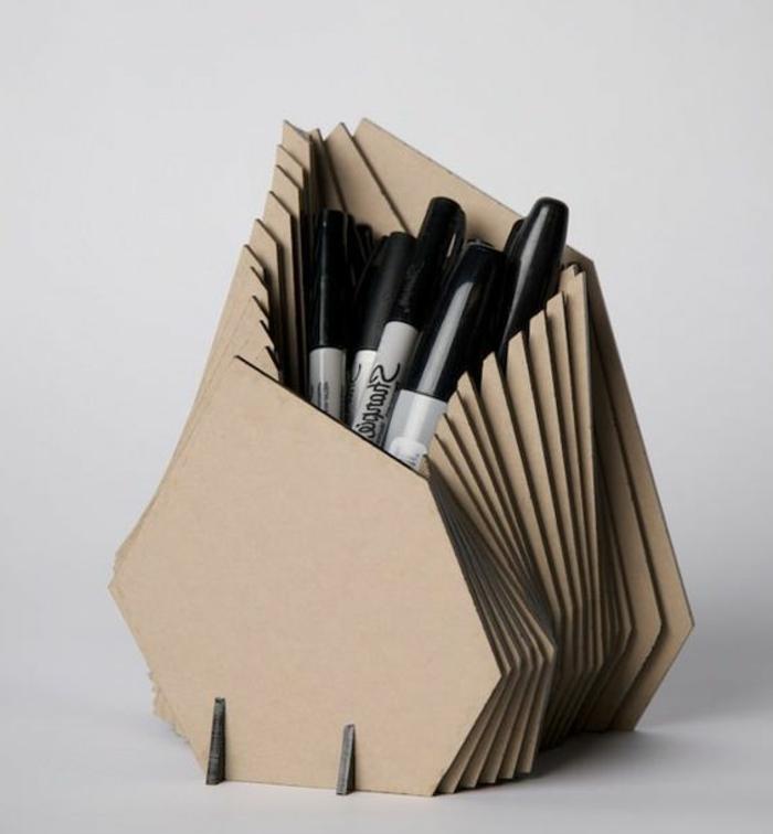 pot-a-crayon-en-pieces-de-carton-assemblés-un-rangement-original-idée-comment-organiser-les-fournitures-de-bureau