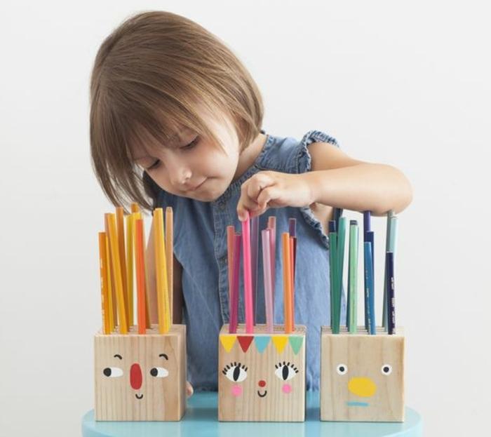 pot-crayon-bois-un-bloc-en-bois-avec-des-trous-de-rangements-crayons-idée-de-pot-a-crayon-enfant-customisé-des-visages-amusantes