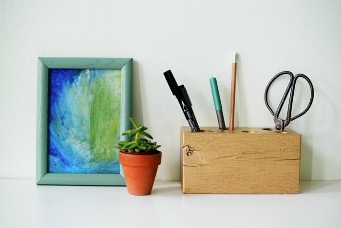 pot-crayon-bois-un-bloc-en-bois-avec-des-trous-pour-ranger-stylos-crayons-ciseaux-idée-comment-fabriquer-un-pot-à-crayon-rustique