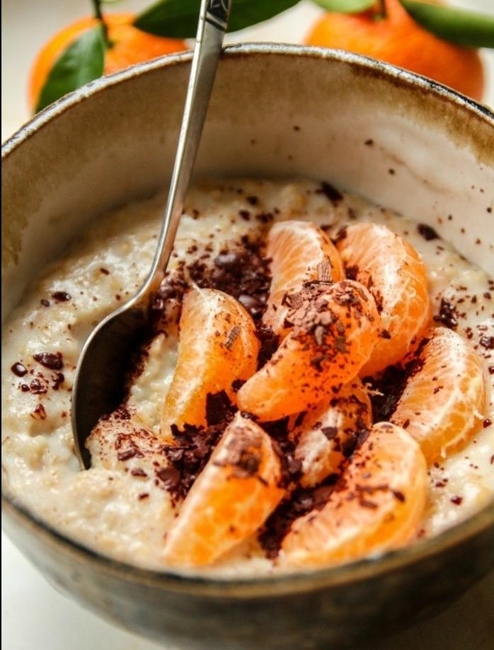 porridge recette facile avec des flacons d'avoine, huile d'orange, topping de clémentines, et poudre chocolat chaud