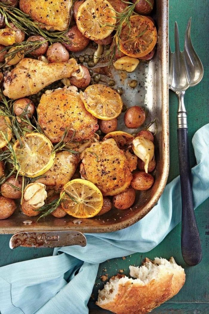 diner romantique pour deux, recette de saint-valentin de poulet rôti au citron et au romarin avec garniture de pommes de terre rôtiies