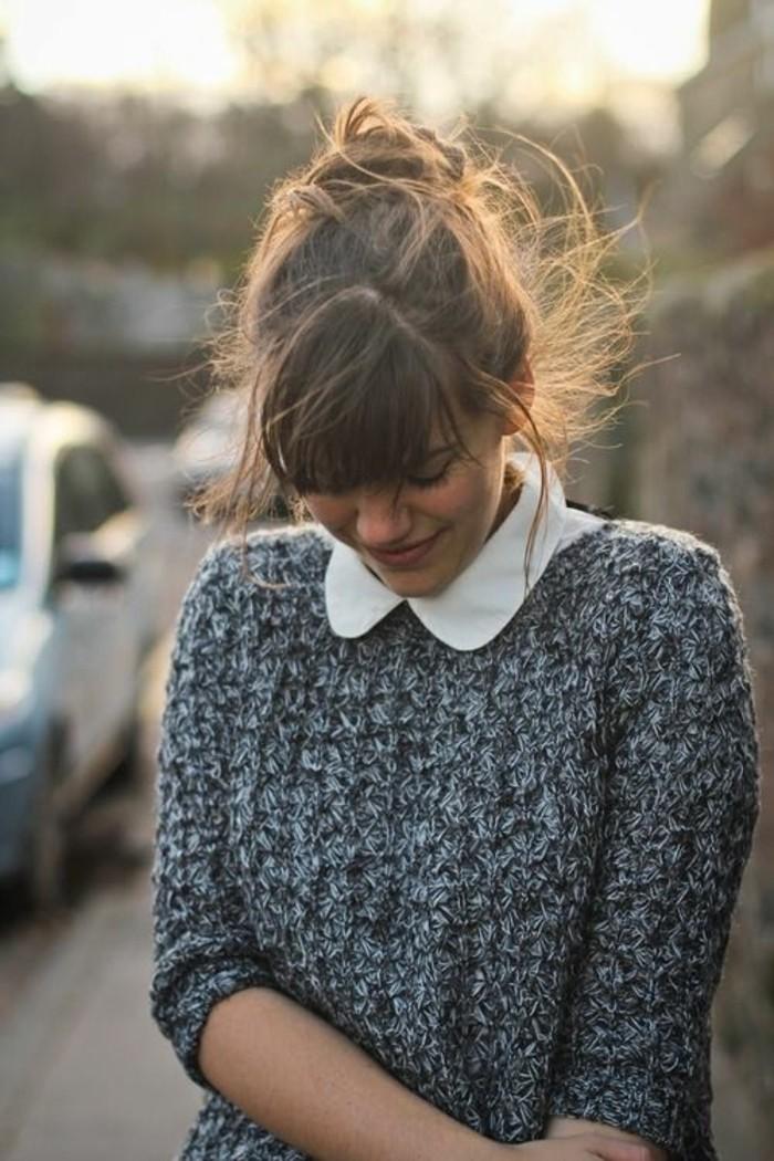 pull-gris-effet-tweed-chemisier-blanc-femme-tenue-chic-décontarctée
