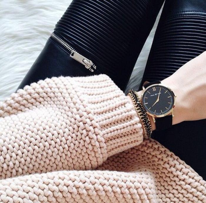 pull-grosse-maille-couleur-rose-poudré-panatlon-en-cuir-femme-montre-élégante