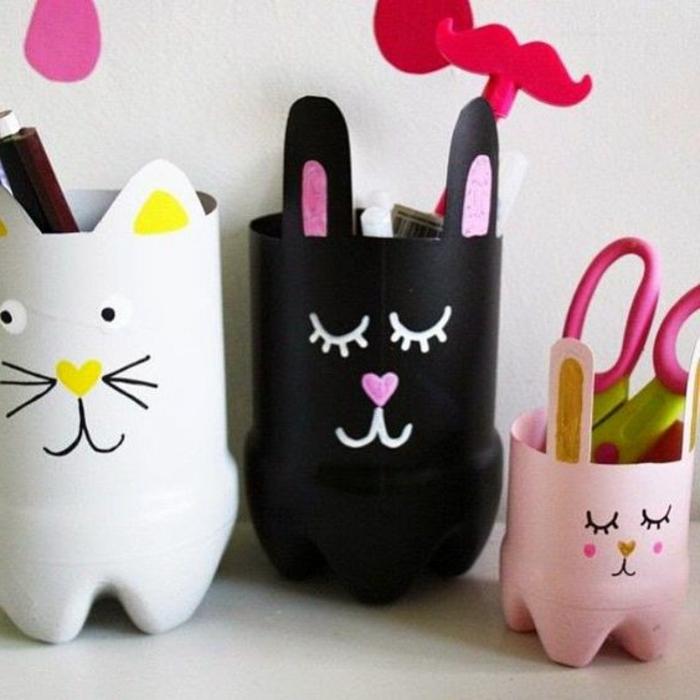 que-faire-avec-des-bouteilles-en-plastique-pot-a-crayon-en-plastique-repeint-et-décoré-de-traits-de-visage-organisateur-de-bureau-enfant