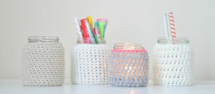 que-faire-avec-des-pots-en-verre-idee-de-pots-enveloppés-d-une-bande-de-tissu-en-laine-à-mailles-idée-comment-fabriquer-un-pot-à-crayon