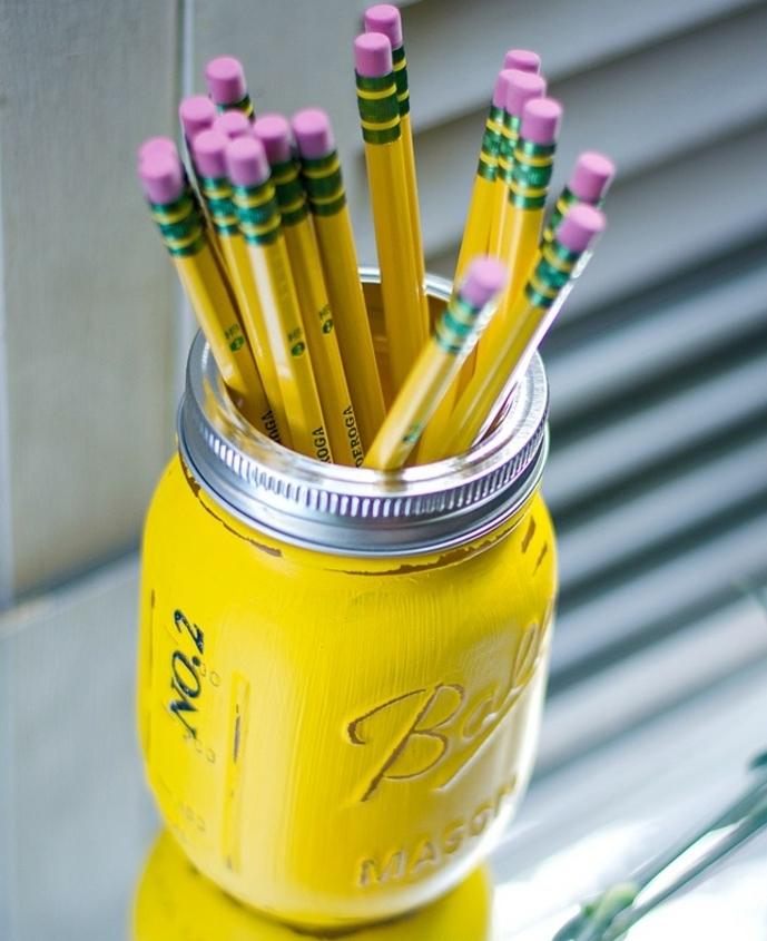 que-faire-avec-des-pots-en-verre-un-pot-repeint-en-jaune-et-transformé-en-pot-a-crayon-diy-activité-créative