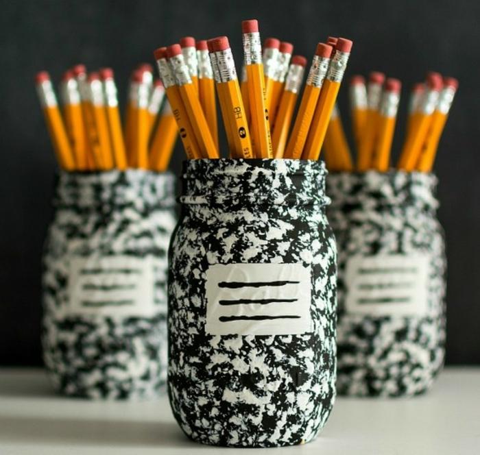 que-faire-avec-des-pots-en-verre-une-idee-de-pots-customisé-avec-du-papier-decopatch-fabriquer-un-pot-à-crayon